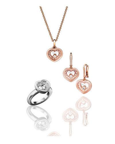 肖邦Very Chopard系列珠宝,(上)项链:18K玫瑰金镶嵌钻石共重0.34克拉,型号:797810-5001,(左)戒指:18K白金镶嵌钻石共重0.34克拉,型号:827790-1110,(右)耳环 :18K玫瑰金镶嵌钻石共重0.68克拉,型号:837790-5001